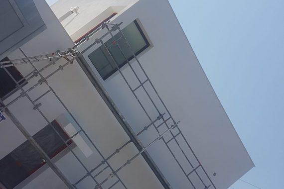 Facade d'une maison avec échafaudage avant ravalement