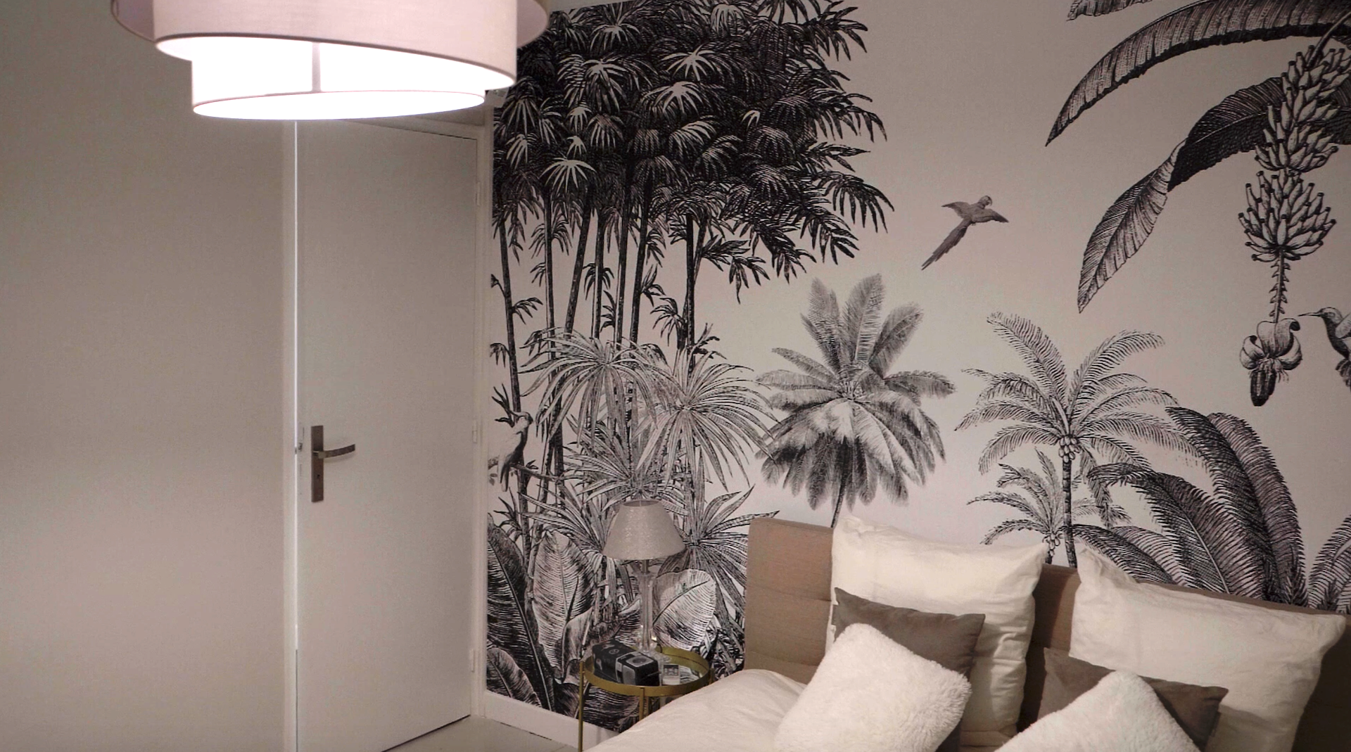 Chambre avec un pan de papier peint avec un motif tropical